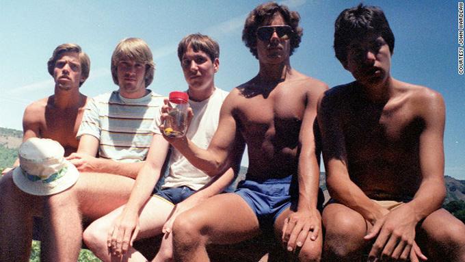 friends-take-same-photo-every-five-years-1982