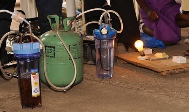 Garotas africanas criam gerador de energia que utiliza urina para gerar eletricidade-1