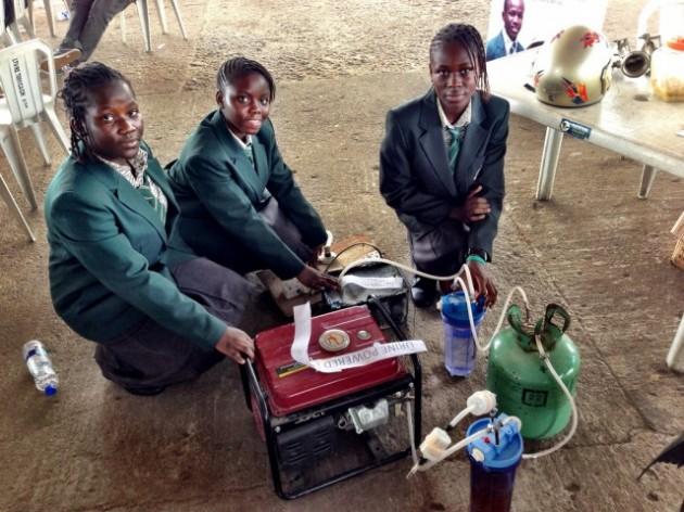 Garotas africanas criam gerador de energia que utiliza urina para gerar eletricidade-2