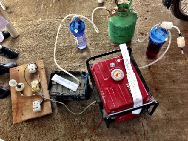 Garotas africanas criam gerador de energia que utiliza urina para gerar eletricidade-3
