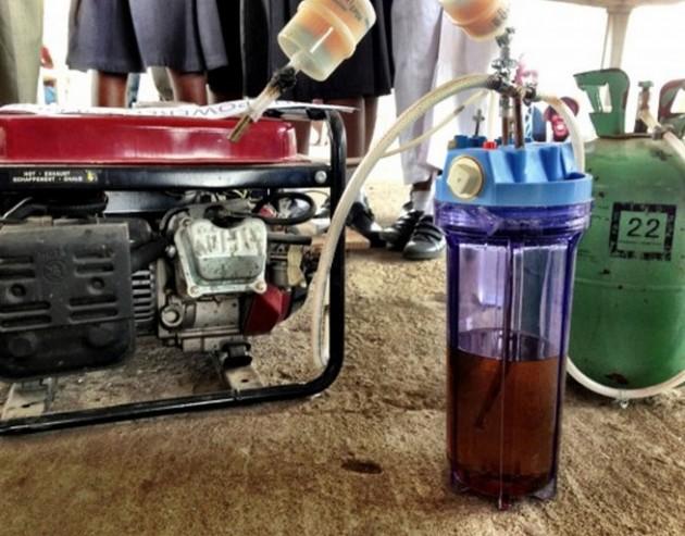 Garotas africanas criam gerador de energia que utiliza urina para gerar eletricidade-4