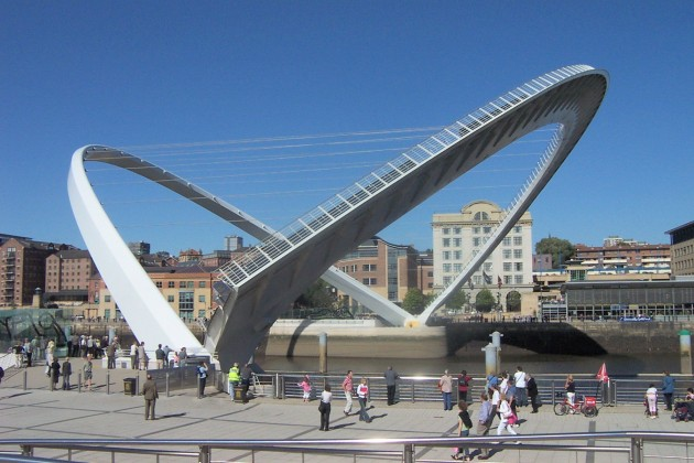 Gateshead Millennium Bridge - Entre Gateshead e Newcastle, Inglaterra