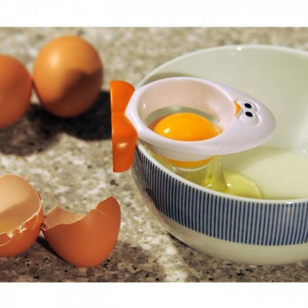 separador-de-gema-e-clara-linha-ovo-usando
