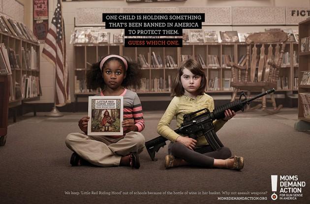 Um filho está prendendo algo que foi proibido no E.U.A para protegê-los. Adivinha Qual ?