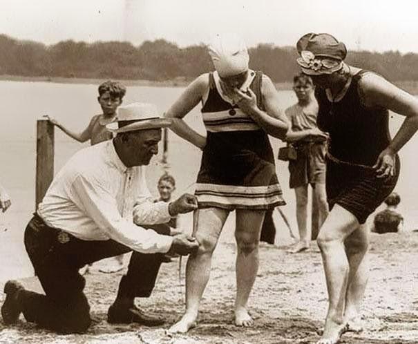 Em 1920, trajes de banho não podiam ter menos de 6 centímetros acima do joelho.