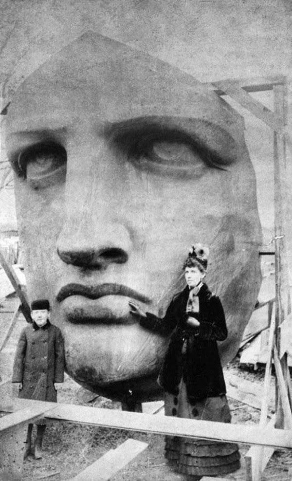 A Cabeça da estátua da LIberdade em sua visita na França em 1886.