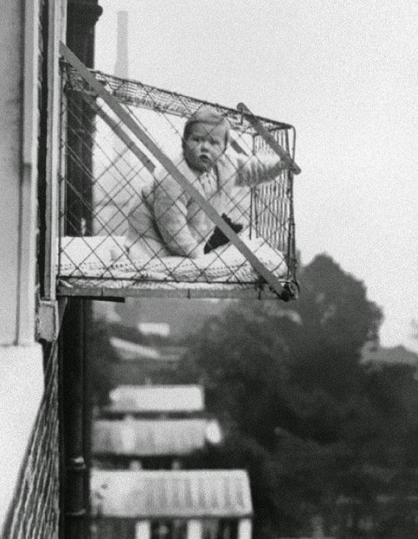 Em 1930, os pais penduravam os bebês em gaiolas para fora do apartamento para obter a luz solar.