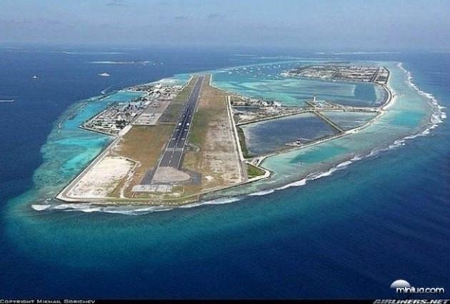 #9 - Aeroporto Ibrahim Nasir, nas Ilhas Maldivas ( Tá faltando terra aí ? )