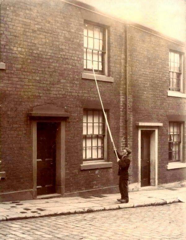 Um Homem trabalhava de despertador das pessoas no início do século 20.