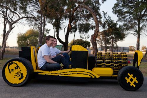 2) Carro – Projeto Crowdfunded construído por Steve Sammartino e Raul Oaida, o carro leva mais de 500.000 peças e tem motor que funciona a base de ar.