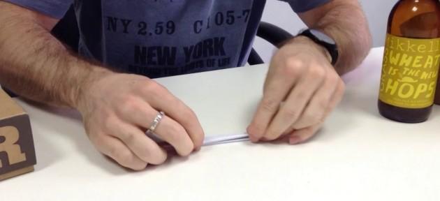Como abrir uma garrafa de cerveja utilizando apenas uma folha de papel