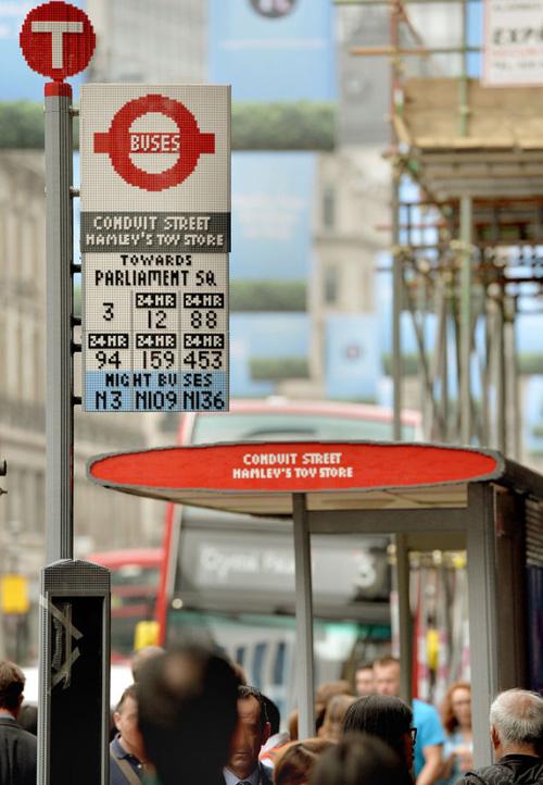4) Ponto de Ônibus – Localizado em Londres , foi encomendado pela Transport for London, é feito com cerca de 100.000 peças de Lego e foi criado por Duncan Titmarsh.
