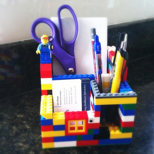 5) Porta Treco – Cansado da bagunça em sua mesa? Basta montar algumas peças de Lego e… Problema resolvido!