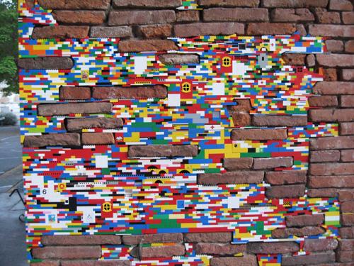 6) Rachaduras – Artista alemão Jan Vormann criou Dispatchwork para adicionar um pouco de cor para as cidades monótono e cinza. É um projeto em andamento e várias pessoas em todo o mundo aderiram à ideia. Já pensou se essa moda pega?