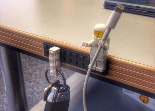 9) Segura Cabo – Lego Minifigures (minifigs) têm mãos que são apenas o tamanho certo para segurar as cordas. Diga adeus aos fios enfeando seu espaço!