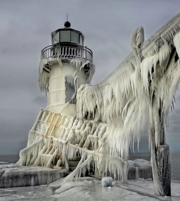 #3 - Farol congelado no Pier Norte de St. Joseph, Michigan, EUA
