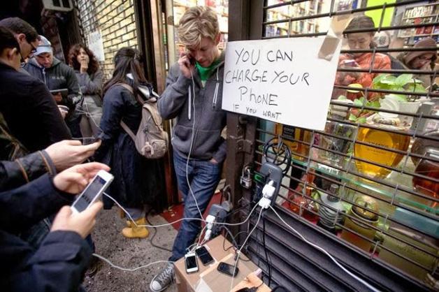 4. Com o inverno rigoroso, muitas cidades dos EUA ficaram sem luz. Alguns locais em que a energia estava disponível forneceram tomadas para que as pessoas carregassem seus celulares e conseguissem conversar com amigos e parentes.