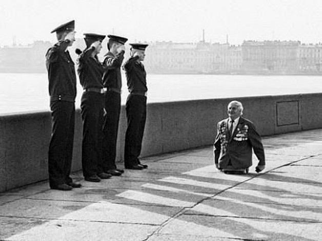 7. Oficial que perdeu as pernas permanece ativo e é saudado.