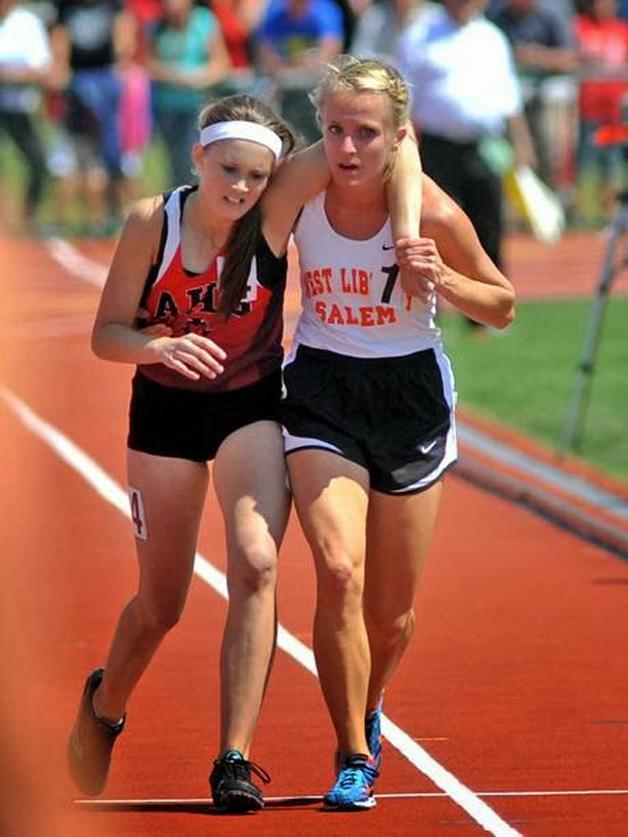 8. Atleta ajuda concorrente que levou um tombo em plena corrida.
