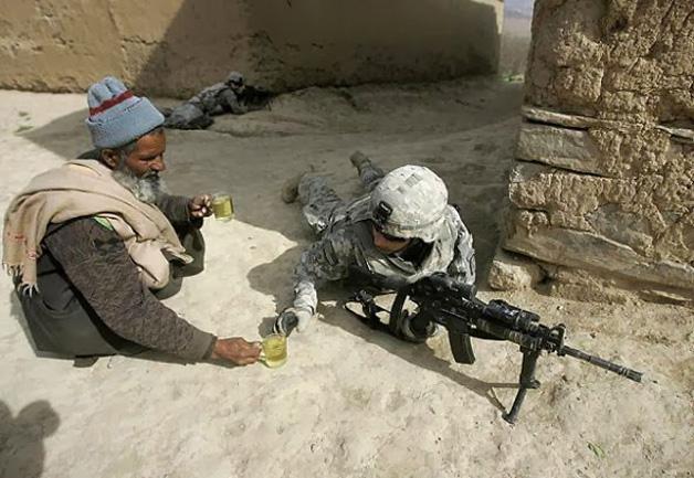 10. Civil compartilha bebida com soldado em guerra.