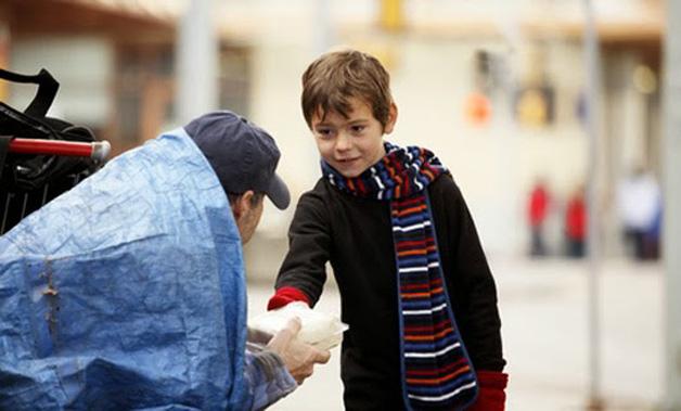11. Garoto compra sanduíche para morador de rua.