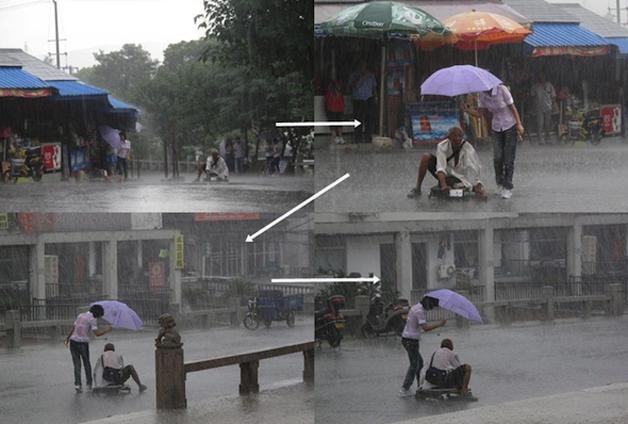 17. Durante uma forte chuva, mulher protege deficiente físico.