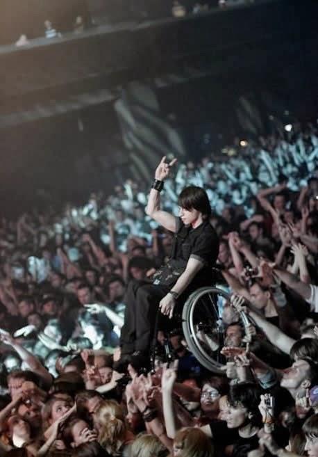 19. Platéia ajuda cadeirante a assistir show com uma visão super privilegiada!