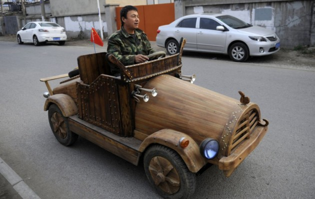 O carro de madeira que chega até aos 35 quilômetros por hora
