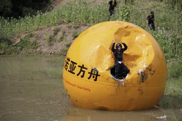 Yang Zongfu criou uma espécie de Arca de Noé chinesa. A célula de 6 toneladas tem espaço para 3 pessoas e pode armazenar comida para 10 meses.