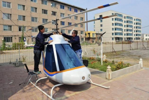 Tian Shengying, á direita, viu um projetos na internet e fez um helicóptero.