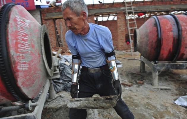 Um exemplo de persistência é Sun Jifa! Ele perdeu os braços pescando com dinamites. E em dois anos ensinou os sobrinhos a construir próteses com metal, plástico e borracha.
