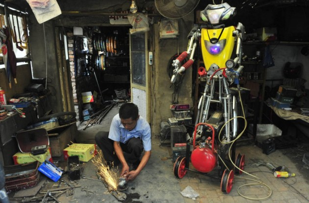 Em Liaoning, mais um robô construído numa oficina.