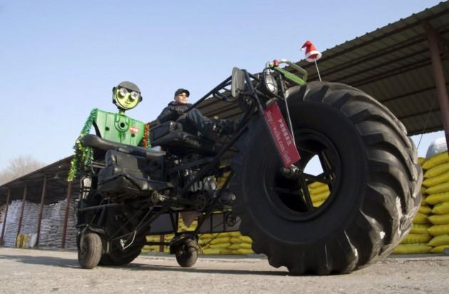 Zhang Yali testa uma moto gigante nas ruas de Jilin.