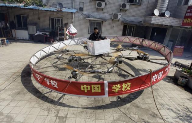 Shu Mansheng sai do chão com sua engenhoca voadora.