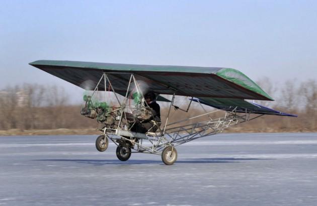 Ding Shilu testa seu avião caseiro em Liaoning.