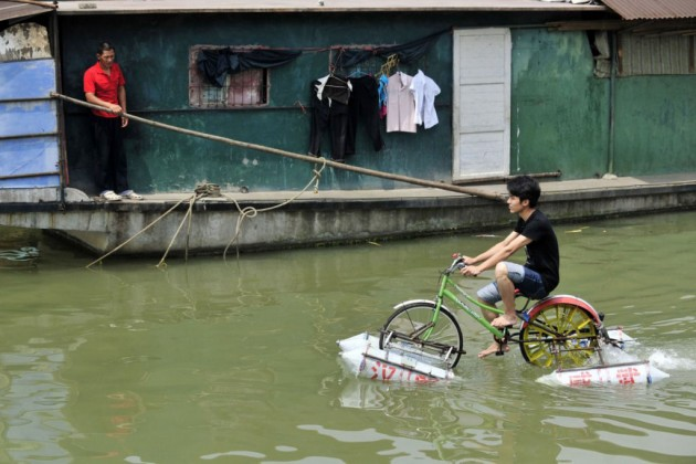Lei Zhiqian e sua bicicleta flutuante.