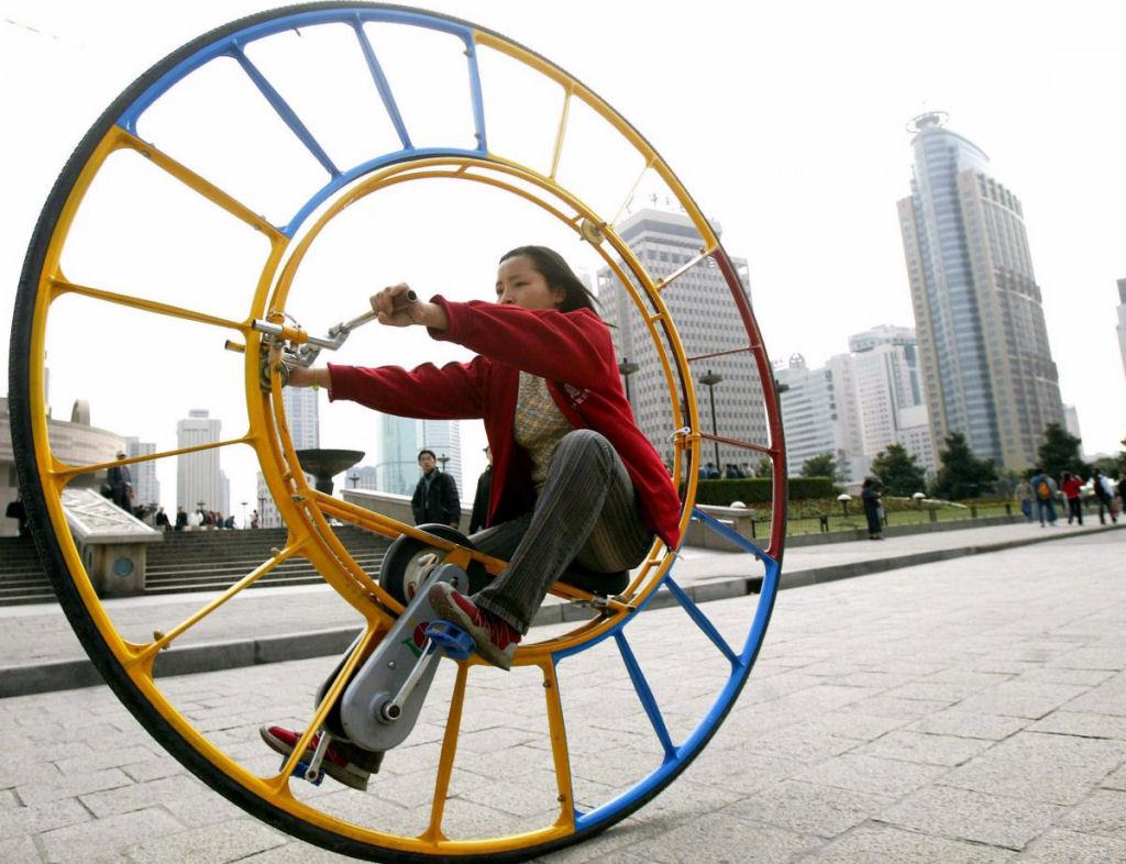 """O inventor Li Yongli  diz que o monociclo é """"o veículo número um do mundo""""."""