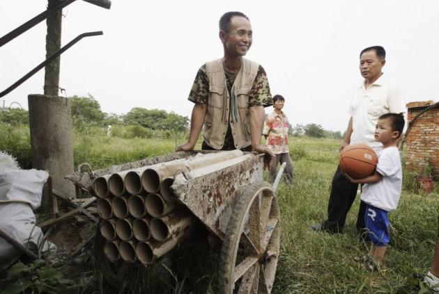Yang Youde empurra seu canhão caseiro.