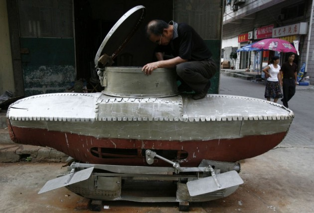 Li Yuming finalizando seu submarino em miniatura.