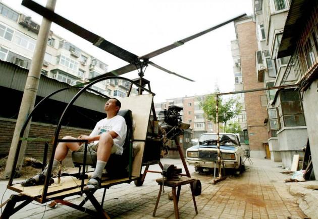 Yu Jun testa seu helicóptero caseiro ao lado de seu apartamento.