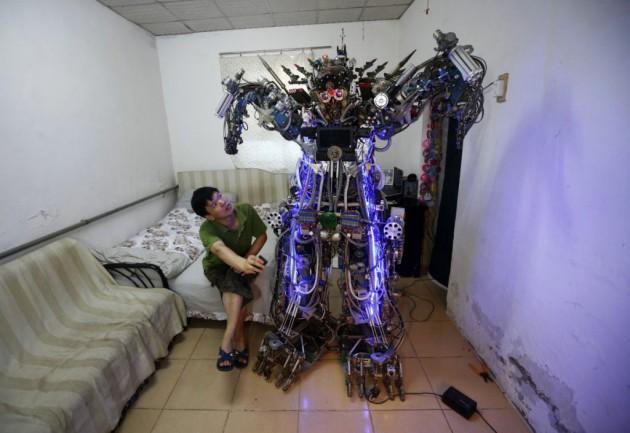 """Robô humanóide feito das """"tranqueiras"""" de um ferro velho e das idéias doidas de Tao Xiangli."""