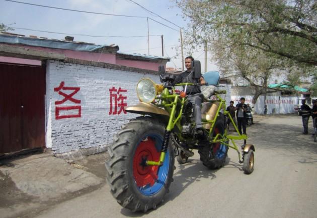 O triciclo caseiro de Abulajon pesa 300kg.