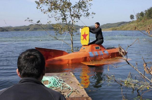 Em Hubei, esse agricultor passou cinco meses construindo este submarino que foi testado com a profundidade de 10 metros.