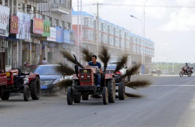 O trator com várias vassouras ajuda a deixar Heilongjiang mais limpa!