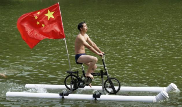 A bicicleta com suportes de plástico, assim podemos dar uma volta no lago né?
