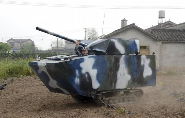 Pra matar a saudade da marinha, este agricultor criou uma réplica de tanque com 6450 dolares!