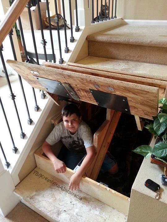 Espaço da escada para guardar algumas coisas ( Ou brincar de Esconde-esconde :P )