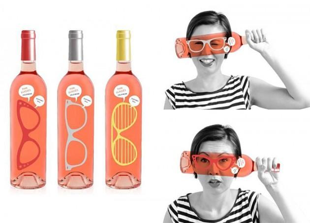 Garrafa com óculos para foto