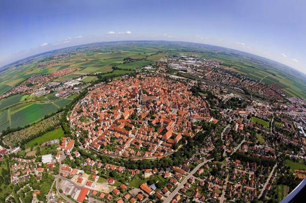 #9 - Cidade de Nördlingen, construúida numa antiga cratera com 14 milhões de anos.