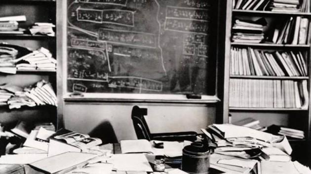 #19 - Escritório de Albert Einstein alguns minutos após sua morte.